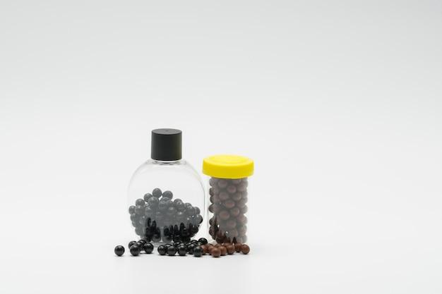 De thaise kruidengeneeskunde in plastic fles met modern ontwerp en vele pillen spreidden op een witte achtergrond, bolus met exemplaarruimte uit. pillencontainer met blanco etiket. farmaceutische industrie. apotheek.