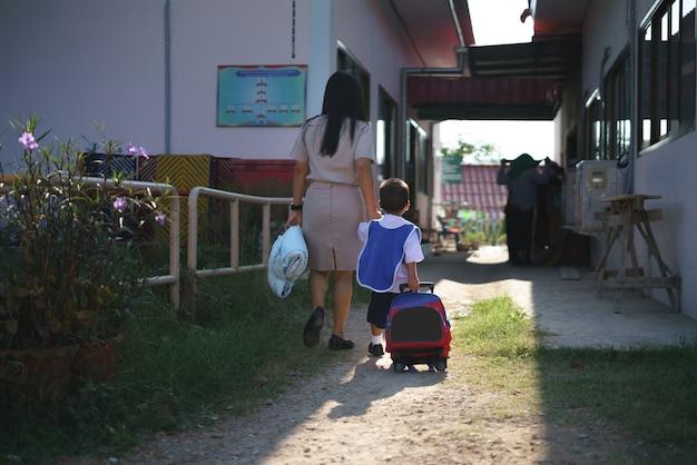 De thaise leraar stuurde haar zoon terug naar school