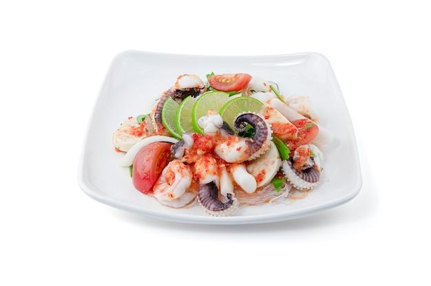 De thaise salade van stijl kruidige zeevruchten met noedel die op wit wordt geïsoleerd