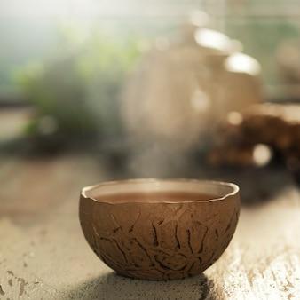 De theesamenstelling op houten lijst, sluit omhoog
