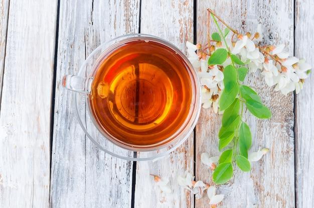 De theetak van de acacia dicht omhoog op houten lijsten