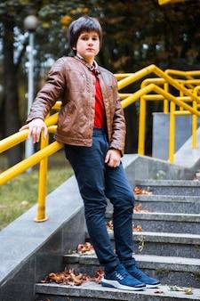 De tiener bevindt zich op de stappen in het park