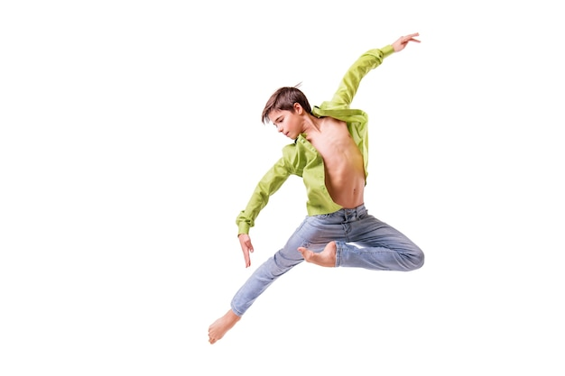 De tiener die van de balletdanser op blote voeten springt, isoleert op een witte achtergrond.