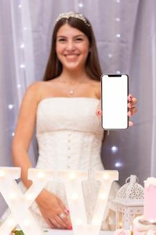 De tiener die van vooraanzichtsmiley een smartphone houdt