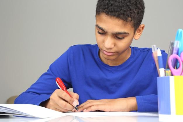 De tiener doet het huiswerk voor school