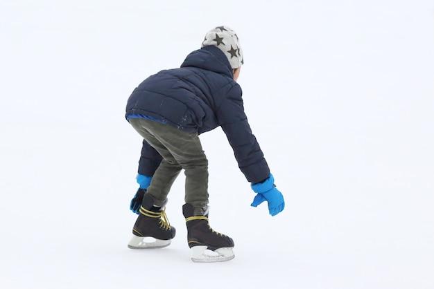 De tiener schaatst op de ijsbaan