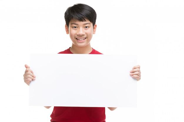 De tienerjongen houdt leeg aanplakbord