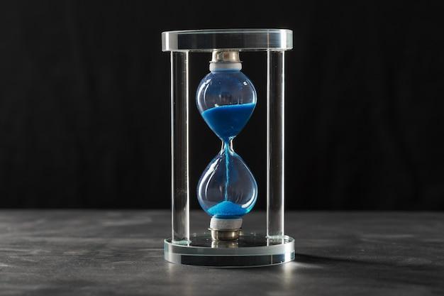 De tijd gaat voorbij. blauwe zandloper