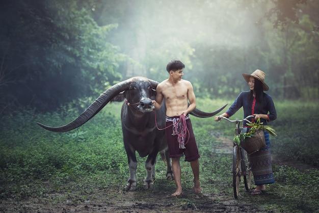 De tijd van het de familiegeluk van paar thaise landbouwers