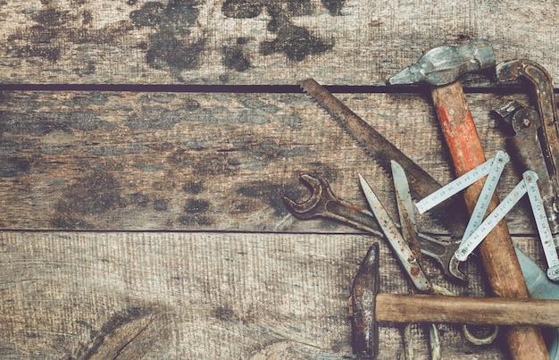 De timmerwerkindustrievlakte legt concept op vuile grunge houten achtergrond