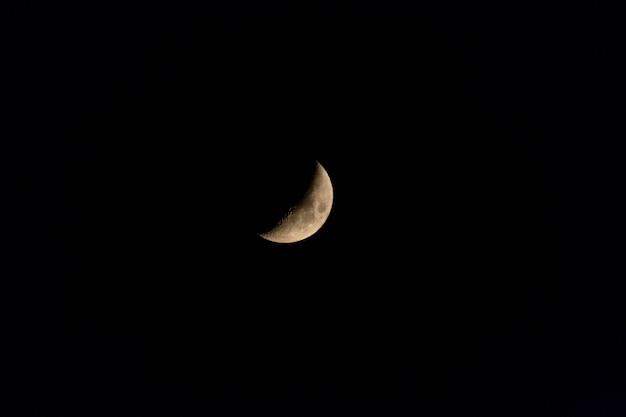 De toenemende maan boven de lucht van madrid, in spanje.