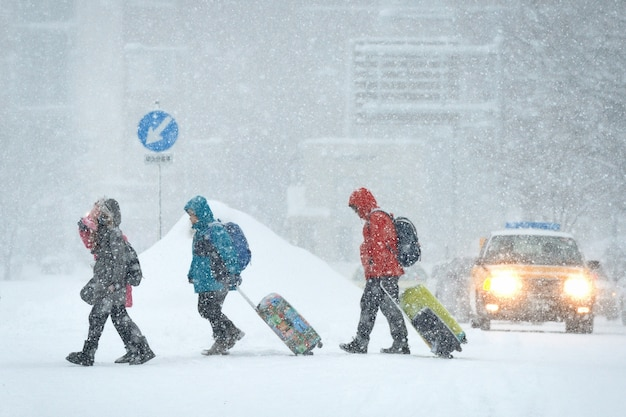 De toerist die in sneeuw loopt