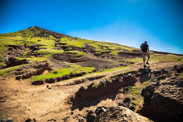 De toerist die op een trekkingpad in madeira loopt