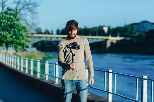 De toerist maakt een video over de stad.
