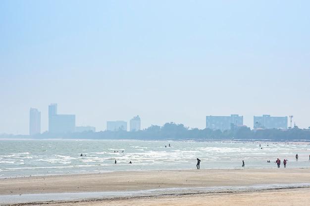 De toeristen op het strand in de vakantie in cha am beach.
