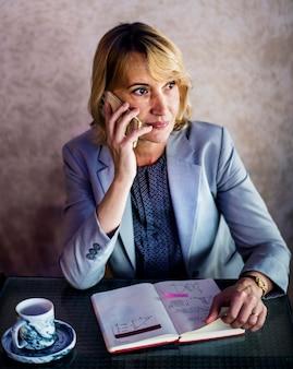 De toevallige vrouw spreekt aan de telefoon Gratis Foto