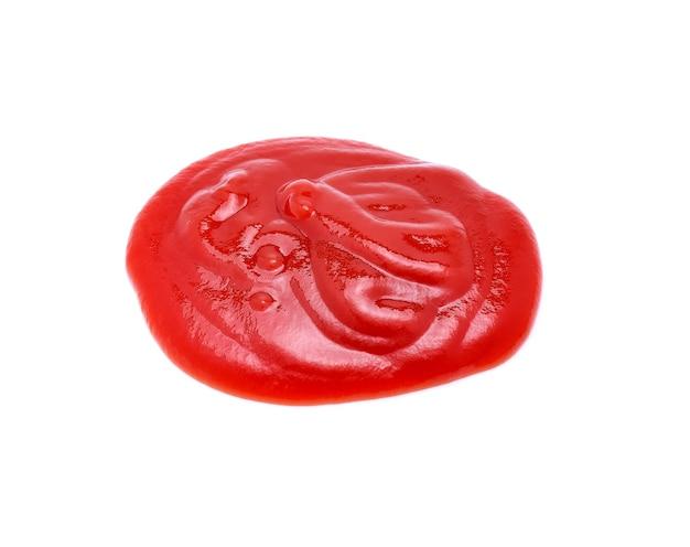 De tomatensaus van de close-up die op wit wordt geïsoleerd