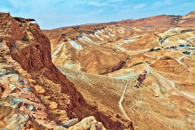 De toneel mening van masada zet in judean-woestijn dichtbij dode overzees, israël op.