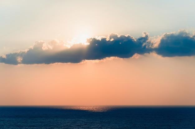 De toneel oranje hemel van de zonsonderganghemel, toneel oranje zonsopgang, ontspannend zeegezicht met brede horizon.