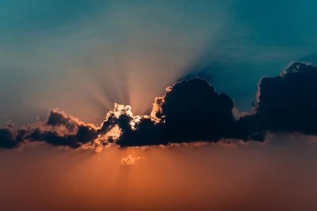 De toneel oranje hemelachtergrond van de zonsondergang, toneel oranje zonsopgang.