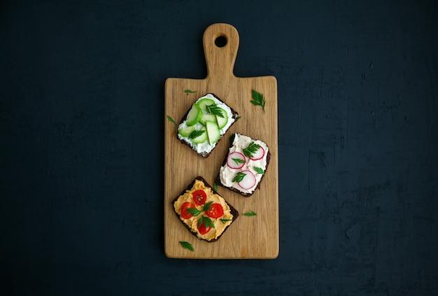 De toosts van het roggebrood op een houten raad