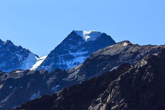 De top van de berg nakra tau met sneeuw en gletsjers in de noord-kaukasus