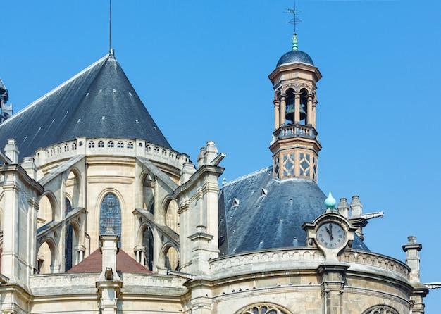 De top van de kerk van saint eustace, parijs. het huidige gebouw is gebouwd tussen 1532 en 1632. architecten zijn onbekend.