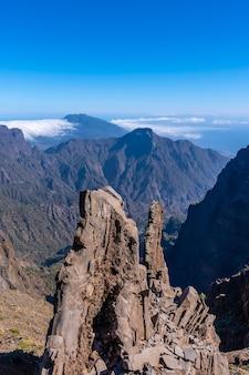 De top van de vulkaan caldera de taburiente bij roque de los muchachos op een zomermiddag, la palma, canarische eilanden. spanje