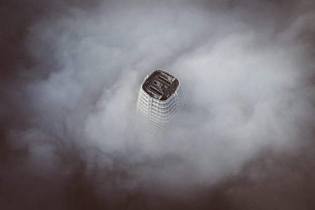 De top van het hoogste gebouw in san francisco, omgeven door wolken