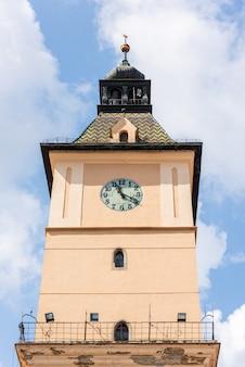 De top van het oude museum voor geschiedenis in brasov