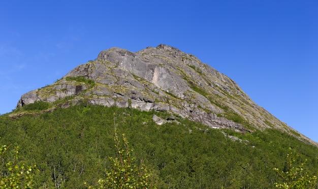 De toppen van de bergen, khibiny en bewolkte hemel. kola-schiereiland, rusland.