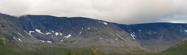 De toppen van de bergen, khibiny en bewolkte lucht