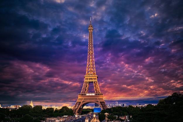 De toren van eiffel bij zonsondergang parijs frankrijk
