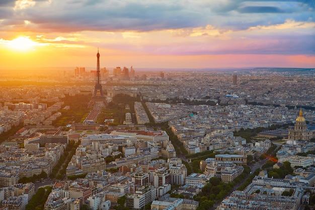 De toren van eiffel in de luchtzonsondergang frankrijk van parijs