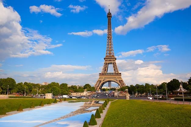 De toren van eiffel in parijs onder blauwe hemel frankrijk