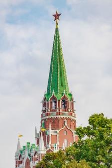 De toren van het kremlin van moskou met robijnrode ster op spits tegen bewolkte hemel in de herfstochtend