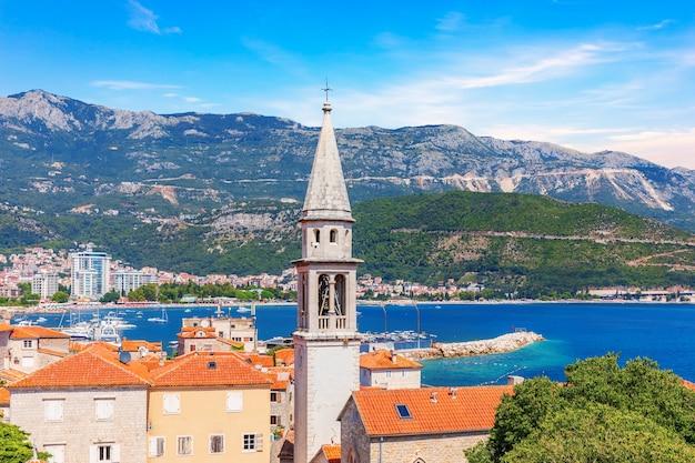 De toren van st john the baptists church, in het oude centrum van budva, montenegro.