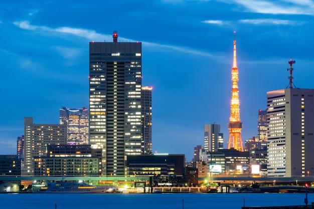 De toren van tokyo en cityscape in japan.