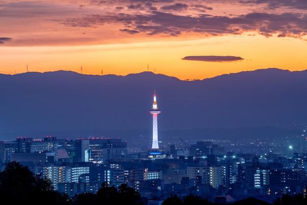 De toren van tokyo en de stad van kyoto in zonsondergangtijd