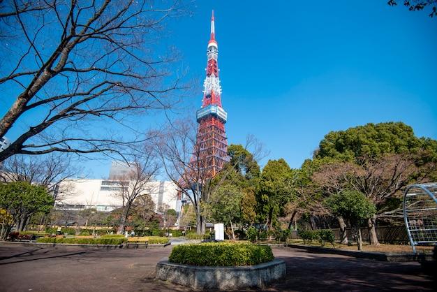 De toren van tokyo met blauwe hemel