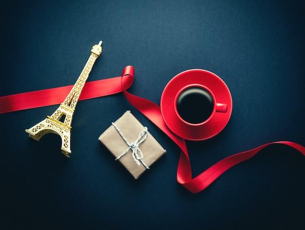 De torenherinnering van eiffel met giftdoos en kop van koffie