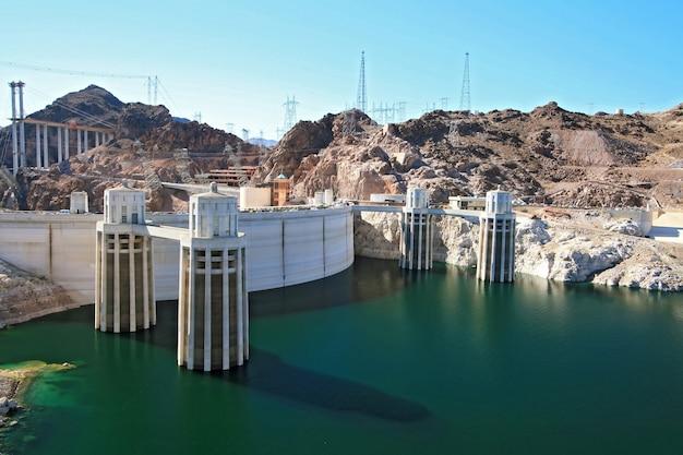 De torens van de wateropname bij de dam van hoover arizona en de grens van nevada, de vs