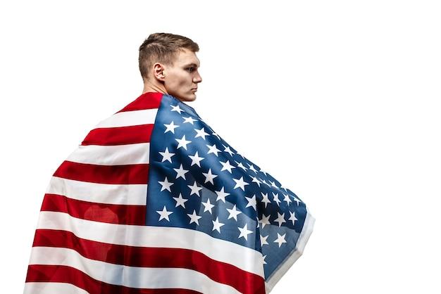 De torso van de knappe jonge man bedekt met amerikaanse vlag.