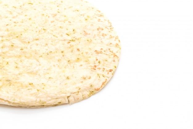 De tortilla van het deeg omslagen op witte achtergrond