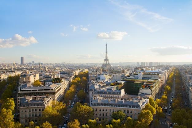 De tour van eiffel en de horizon van parijs in zonnige dag, frankrijk