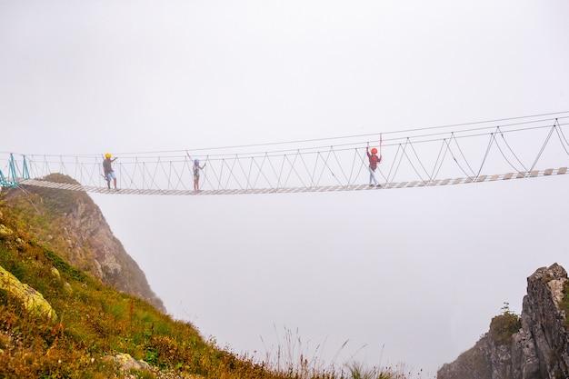 De touwbrug op de top van de berg van rosa khutor, rusland