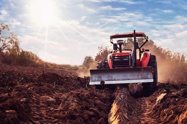 De tractor bewerkt de grond en bereidt de grond voor op de landbouw.