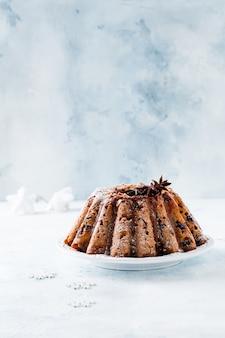 De traditionele cake van het kerstmisfruit, pudding op witte plaat. bovenaanzicht. kopieer ruimte.