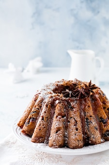 De traditionele cake van het kerstmisfruit, pudding op witte plaat. bovenaanzicht.