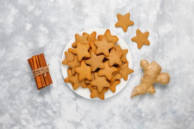 De traditionele eigengemaakte peperkoekkoekjes op grijs beton, sluiten omhoog, kerstmis, hoogste vlakke mening, leggen